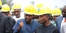 Le magnat nigérian, Aliko Dangote (g) préparerait une contre-offre de rachat pour le cimentier sud-africain, PPC Group