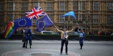 Des anti-Brexit présents devant Westminster avent le vote, lundi 11 septembre.