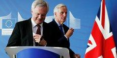 David Davis, le ministre britannique du Brexit, et Michel Barnier (en arrière plan), lundi 25 septembre à Bruxelles.