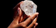 Il s'agit du deuxième plus gros diamant brut jamais découvert après le Cullinan, déterré en 1905 dans une mine près de Pretoria en Afrique du Sud.