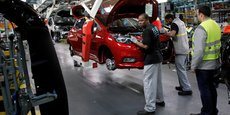 Des ouvriers travaillent sur la ligne de production Nissan dans l'usine Renault de Flins, près de Paris.