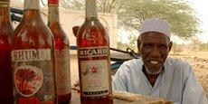 Un vendeur au marché noir de gasoil, à N'Djamena, la capilale du Tchad.