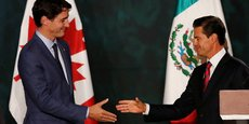 Le Premier ministre canadien Justin Trudeau (gauche) a rencontré le président mexicain Enrique Peña (droite), lors de son passage à Mexico le 12 octobre 2017.
