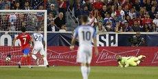 Le gardien des Etats-Unis Tim Howard (au sol), encaisse un but face au Costa-Rica, le 1er septembre.