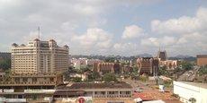 Yaoundé, la «ville aux sept collines», est la capitale du Cameroun. D'après le recensement de 2015, la ville compte pas moins 2,7 millions d'habitants.