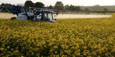 Les pesticides sont désormais massivement présents et dépassent la norme définie pour l'eau potable, dans les cours d'eau de la moitié du territoire français et dans le tiers des nappes phréatiques !, dénonce l'organisation de défense du consommateur dans son rapport (Photo : un agriculteur pulvérise son champ de colza avec un insecticide et un fongicide près de Cambrai, en France, le 10 mai 2015.)