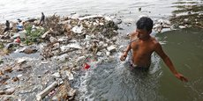 L'eau polluée (comme ici en Inde) serait liée à 1,8 million de morts, via par exemple un mauvais assainissement ou la contamination des sources, causes de maladies gastro-intestinales et d'infections parasitaires.