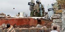 Accrochages entre policiers et manifestants, ce 26 octobre 2017, dans le bidonville de Kibera, au sud de la capitale kényane, Nairobi.