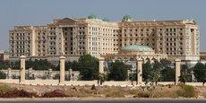 Situé dans le quartier diplomatique de Riyad, le Ritz-Carlton accueillait jusqu'à présent de grandes réceptions internationales.