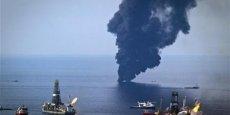 L'enquête fédérale conclut à la responsabilité de la compagnie propriétaire de la plate-forme pétrolière ayant explosé, et de BP, son exploitant. Les pénalités pourraient coûter 40 milliards au géant britannique / Photo Reuters