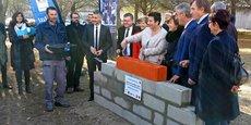 La ministre F. Vidal, aux côtés d'E. Roux (UNîmes) et des élus présents pour cette pose de 1e pierre