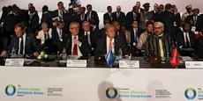 De gauche à droite, le président du Conseil européen, Donald Tusk, le président de la Commission européenne, Jean-Claude Juncker, le secrétaire général de l'ONU Antonio Guterres et le roi du Maroc, Mohammed VI, assistent à la cérémonie d'ouverture du sommet Afrique-UE à Abidjan, en Côte d'Ivoire, le 29 novembre 2017.