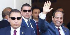 Le président égyptien, Abdel Fattah al-Sissi, saluant la foule entouré de sa garde rapprochée.