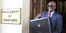Le ministre des Finances Patrick Chinamasa, après la séance de présentation du budget 2016 devant les parlementaires, le 26 novembre 2015 à Harare, la capitale du Zimbabwe.