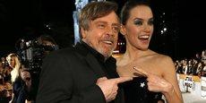 Deux acteurs vedettes du 8e épisode de la saga Star Wars, Mark Hamill (historique dans le rôle de Luke Skywalker) et Daisy Ridley (qui endosse à nouveau le rôle principal de Rey), lors de la première du film en Californie le 10 décembre 2017. Réalisé par Rian Johnson, Les Derniers Jedi est aussi le dernier film de Carrie Fisher qui incarnait à l'écran la princesse Leia Organa depuis les débuts de la saga en 1977, et qui est décédée brutalement en décembre 2016.