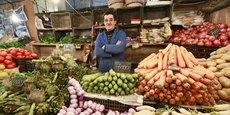 Un vendeur de fruits et légumes au marché de Bab El Oued à Alger