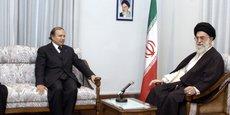 Le président algérien Abdelaziz Bouteflika reçu par le guide suprême, l'ayatollah Ali Khamenei à Téhéran le 20 octobre 2003. Bouteflika était alors en visite de deux jours pour discuter de la promotion des liens entre les deux pays membre de l'OPEP.