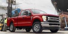 Ford aurait manipulé ses moteurs afin qu'ils réussissent les tests d'émissions polluantes alors qu'en réalité ils émettent deux fois plus que les limites légales imposées en conduite normale, selon la plainte du cabinet américain Hagens Berman. (En photo, le dernier modèle de pickup Ford Super Duty)