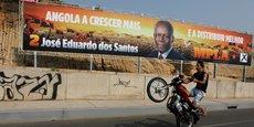 Une affiche de campagne à Luanda mettant en avant la candidature de José Eduardo Dos Santos lors du scrutin de 2012. Non sans ironie, l'on peut lire L'Angola va grandir et mieux distribuer.
