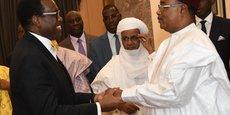 Issoufou Mahamadou, président du Niger (à droite) serrant chaleureusement la main d'Akinwumi Adesina, président de la BAD.