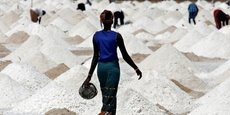 Une unité de production de sel, près du village de Ngaye-Ngaye, à 10 km au sud de Saint Louis, au Sénégal.