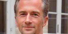 Né en 1966, Philippe Martin possède une longue carrière universitaire.