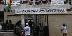Des agents des forces de sécurité guinéennes devant les locaux de la Commission électorale nationale indépendante à Conakry, la veille de l'annonce des résultats des élections présidentielles d'octobre 2015.