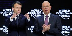 Dans son discours, Emmanuel Macron (ici en compagnie du fondateur du Forum économique mondial, Klaus Schwab) a notamment appelé les multinationales, dont beaucoup ont envoyé leur état-major dans la très chic station de ski suisse, à renoncer à l'optimisation fiscale à tout crin.