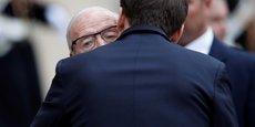 Le Président français Emmanuel Macron embrassant le Président tunisien Beji Caid Essebsi alors qu'il quitte l'Elysée, le 11 décembre.