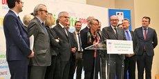 La ministre des Transports Elisabeth Borne, entourée de Philippe Duron et des membres du COI, pour la remise de son rapport le 1er février