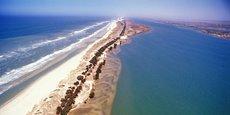L'érosion côtière à Saint-Louis a pour première victime la langue de la Barbarie, une bande de terre entre l'océan Atlantique et le fleuve Sénégal, érigée en parc national.