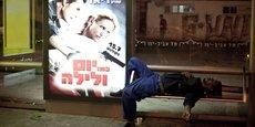 Un travailleur migrant africain endormi sur un banc d'une gare routière au sud de Tel Aviv.