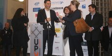 Fabrice Lorente (UPVD) remet le premier prix du concours Miro In cube à Marie Rajkowski, de la start-up WineScape
