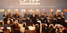 Les 11 représentants des pays membres main dans la main après la signature du traité de libre-échange transpacifique, le 8 mars.