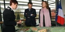 Nicole Belloubet (à droite) a rappelé sur France Info que la promesse de campagne d'Emmanuel Macron était de créer 15 000 nouvelles places de prison pendant le quinquennat. Ici, en visite à l'Ecole nationale d'administration pénitentiaire à Agen, le 6 mars 2018.