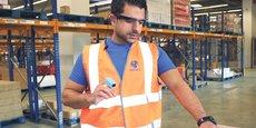 L'opérateur porte des lunettes en réalité augmenté qui lui facilitent la tâche et réduisent les risque d'erreur.