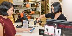Un coup de douchette sur le smartphone à la caisse et c'est payé. Le paiement par QR code avec l'application Alipay est accepté au Printemps Haussmann depuis l'automne 2016. Il l'est aux Galeries Lafayette depuis ce mois-ci. L'accord avec Ingenico va lui permettre de toucher de plus petits commerçants.
