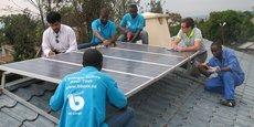 L'offre d'Orange Energie pour ses clients africains est composée notamment d'un kit comprenant un panneau solaire et une batterie.