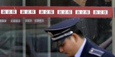 La Chine surveille l'internet pour en expurger tout contenu jugé sensible, comme les critiques politiques ou la pornographie. Elle impose également aux sites internet d'avoir leurs propres censeurs pour réaliser cette tâche en amont. (Photo : en janvier 2013, un agent de sécurité passe devant le siège des Nouvelles de Pékin (Beijing News) qui, avec le Southern Weekly, mènent le combat de l'indépendance de la presse face à un pouvoir politique qui veut maintenir sa férule sur l'information.)