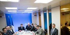 Macron présidant cette nuit une réunion à l'Elysée en chef de guerre avec ses conseillers Florence Parly, la ministre de la Défense.