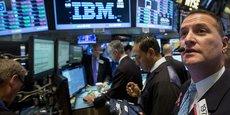 Le 20 octobre 2014 à la Bourse de New York (photo ci-dessus), IBM avait connu une descente aux enfers, l'action plongeant de 8%, après une chute du bénéfice de 99% et la cession de l'activité de fabrication de puces électroniques. Depuis, Big Blue, a continué à se recentrer sur les services d'informatique dématérialisée (le cloud) et l'intelligence artificielle, mais peine toujours, malgré de bons résultats sur la fin 2017.