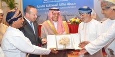 Les différents représentants lors de la signature mercredi à Salalah (Oman) du protocole d'accord du contrat en consortium avec Acwa Power et DIDIC pour la mise en place d'une unité de désalinisation d'eau de mer.