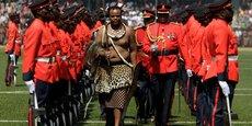 Le roi de l'Eswatini, Mswati III, en tenue traditionnelle, passant en revue un détachement de la garde d'honneur, à l'occasion de la célébration du 40e anniversaire de l'indépendance du désormais ex-Swaziland, le 6 septembre 2008 au stade Somhlolo, dans la banlieue de la capitale Mbabane.