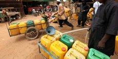 Vendeurs d'eau ambulants dans les rues de Niamey, la capitale du Niger.