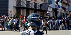LA POLICE MALGACHE DISPERSE UNE MANIFESTATION, UN MORT, 16 BLESSÉS