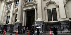 Après la clôture, le ministère du Trésor a annoncé dans un communiqué que Buenos Aires avait demandé au FMI un accord de financement dit de confirmation (stand-by arrangement ou SBA) pour des montants élevés pour calmer la volatilité des marchés. Selon le journal argentin Clarin, l'Argentine aurait sollicité une aide de 30 milliards de dollars (25 milliards d'euros), un montant que ni le gouvernement ni le FMI n'ont voulu confirmer.