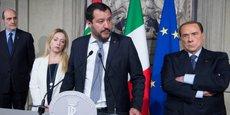 Le chef de la Ligue, Matteo Salvini (au centre), accompagné de Giorgia Meloni, la présidente du mouvement des Frères d'Italie, et de Silvio Berlusconi (à droite), président du mouvement Forza Italia, s'adresse au président de la République italienne, Sergio Mattarella, lors d'un discours à Rome le 7 mai 2018 au palais du Quirinal (l'équivalent du palais de l'Élysée, en France).