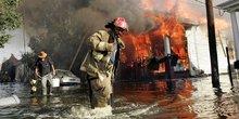 La Nouvelle-Orléans sous les eaux après Katrina, le 31 août 2005. Un pompier aide un homme à sortir des eaux.