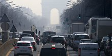 Paris, pic pollution atmosphérique, transport, voitures, diesel, essence, brouillard, ozone, particules fines, trafic, embouteillage, Arc de Triomphe, Neuilly-sur-Seine, heure de pointe, circulation automobile,