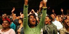 Jeunesse public concert fans afrique femmes filles joie